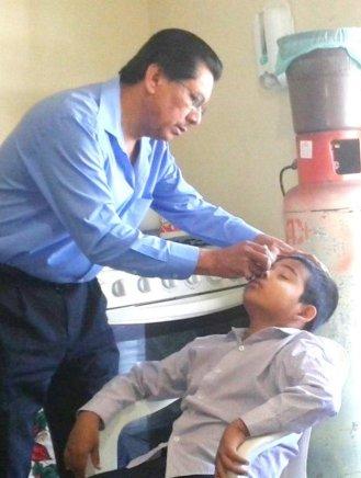 Doctor Alvarez examina a Ramón
