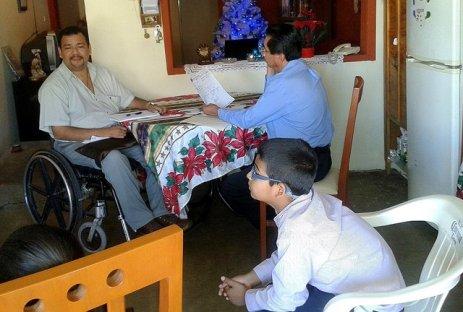 Rigo (en silla de ruedas) arregló para que el Dr. Miguel Ángel examinara a Ramón en la casa de la hermana de Rigo en Culiacán