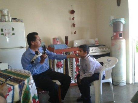 El Dr. Álvarez examina los ojos de Ramón sin sus lentes puestos