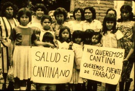 Las mujeres, con sus hijos, protestaron fuera de la cárcel con carteles