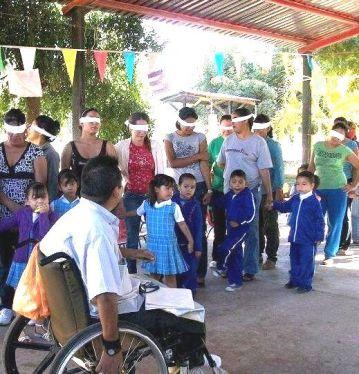 Rigo conduce un taller en el que las personas sin discapacidades aprenden algo acerca de lo que es ser invidente.