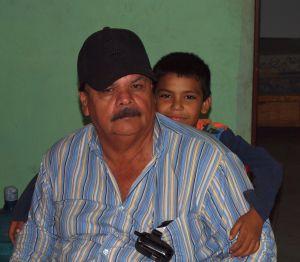 Alfredo, director de la Asociación de Personas con Otras Habilidades en Navolato, con Jaime. El niño quiero mucho a Alfredo, que también es discapacitado, porque el hombre lo acepta como es.