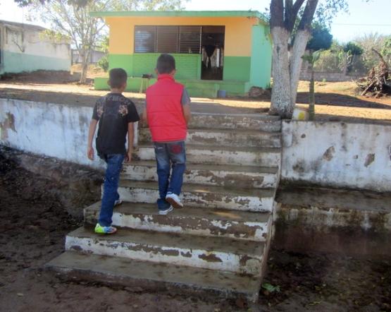 Los primeros escalones, en la parte baja para llegar a la escuela