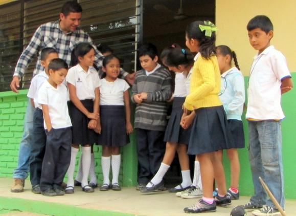 El maestro, Mario Alfonzo, anima a Tonio a participar en actividades con otros niños