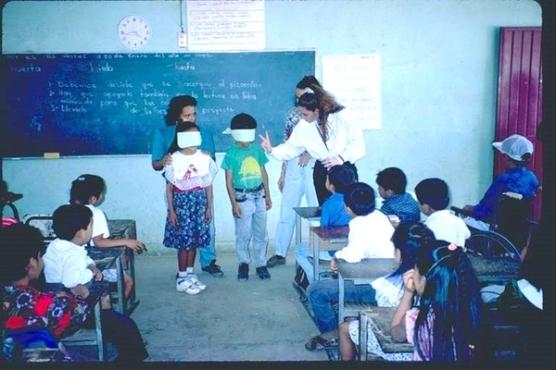 """Los juegos de simulación, como cubrir los ojos para causar 'ceguera', pueden ayudar a los niños a sentir una breve experiencia de la discapacidad. Presione la foto para leer la historia completa de Jesús en el libro """"Nada Sobre Nosotros Sin Nosotros"""" de David Werner."""