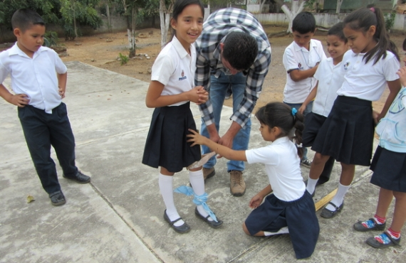 En los juegos de simulación los niños se turnaban a participar con un palo amarrado a una pierna para darles una cojera.