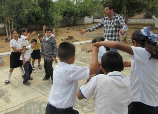 Pero poco a poco los niños lo fueron motivando a participar en los juegos.