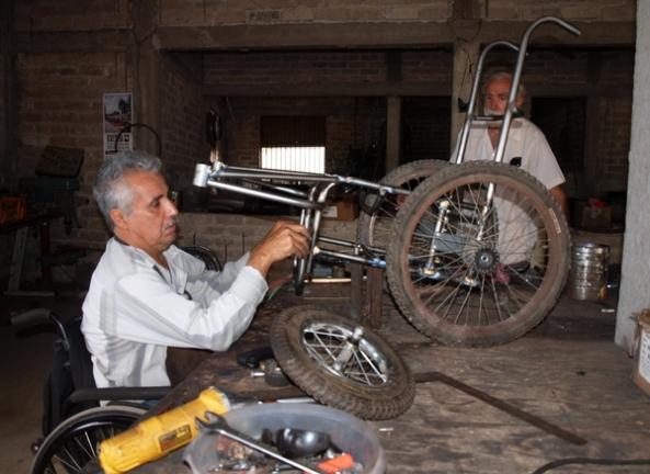 Raymundo, en el taller de PROJIMO Duranguito, trabajando en la fabricación de la silla de ruedas para Tonio.
