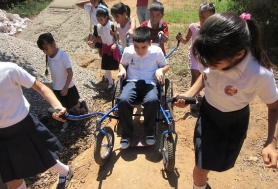 Incluso en los tramos más disparejos y empinados del camino, los niños dirigieron la silla-araña con facilidad y buen control.