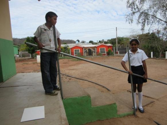 Para colocar los pasamanos y los soportes correctamente, los alumnos ayudaron a tomar las medidas necesarias de lo largo, lo alto y los ángulos de las tuberías.