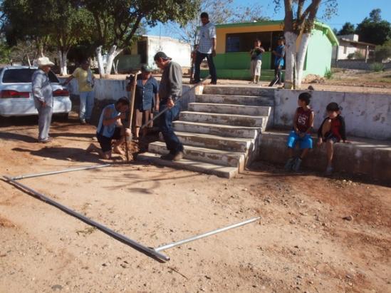 Para instalar los pasamanos, cavaron los hoyos para los postes con una barra de acero y una pala.