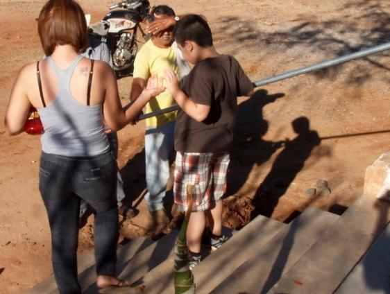 Unos días más tarde, mientras su preocupada abuela se quedó parada a un lado, Tonio logró subir los escalones de forma independiente, agarrándose del nuevo pasamano.