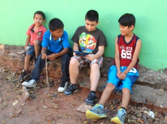 Algunos niños de la escuela hacen amistad con Tonio el día en que los pasamanos se estaban instalando.