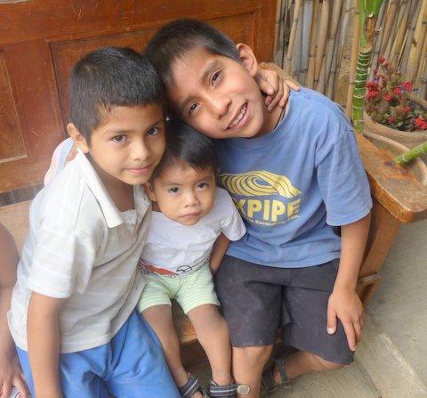 Los niños de la Casa Hogar, a pesar de sus antecedentes, demuestran mucho amor y cuidado entre ellos mismos.
