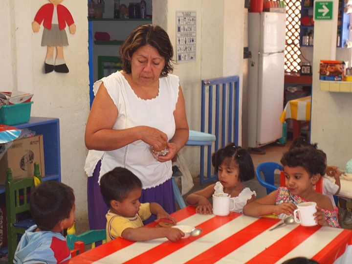 Doña Coco con algunos Hijos de la Luna en el desayuno. Ella los guía con su buen ejemplo de manera alentadora, de buen corazón.