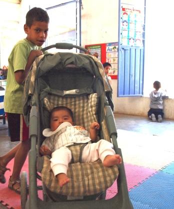 Los niños más grandes cuidan de los pequeños, no porque se les exija o pida que lo hagan, sino porque ellos disfrutan ayudando.