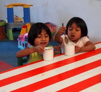 Las gemelas quienes tenían un severo retraso psicomotor cuando llegaron, han florecido bajo los cuidados y el apoyo de Doña Coco y otros niños.