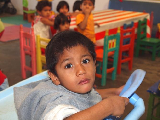 Luis, a quien su madre dejaba amarrado a la pata de la cama cuando salía a trabajar por las noches, fue diagnosticado con autismo.