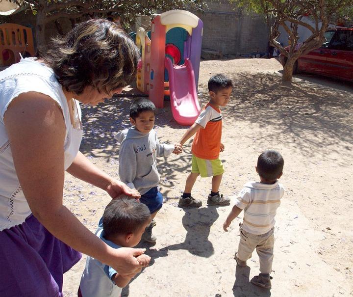 Los niños se ayudan entre sí con responsabilidad y de forma natural, siguiendo el ejemplo de amor de Doña Coco.