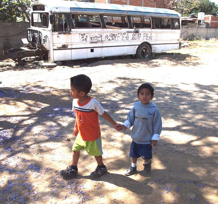 """Diferentes niños esperan su turno para ser el """"terapista junior"""" de Luis."""