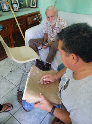 On the cardboard mold Sergio draws an oval ring j